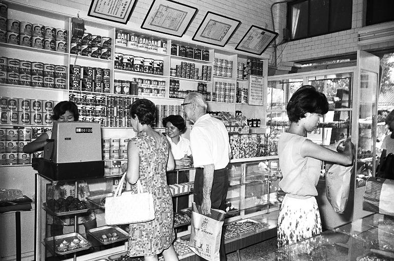 劉麵包的創辦人為劉哲基先生,原為陸軍少校,退役後創辦麵包店,供應駐臺美軍採購之餘,也販賣給一般民眾,其最著名的產品為蘋果麵包。(另開新視窗)