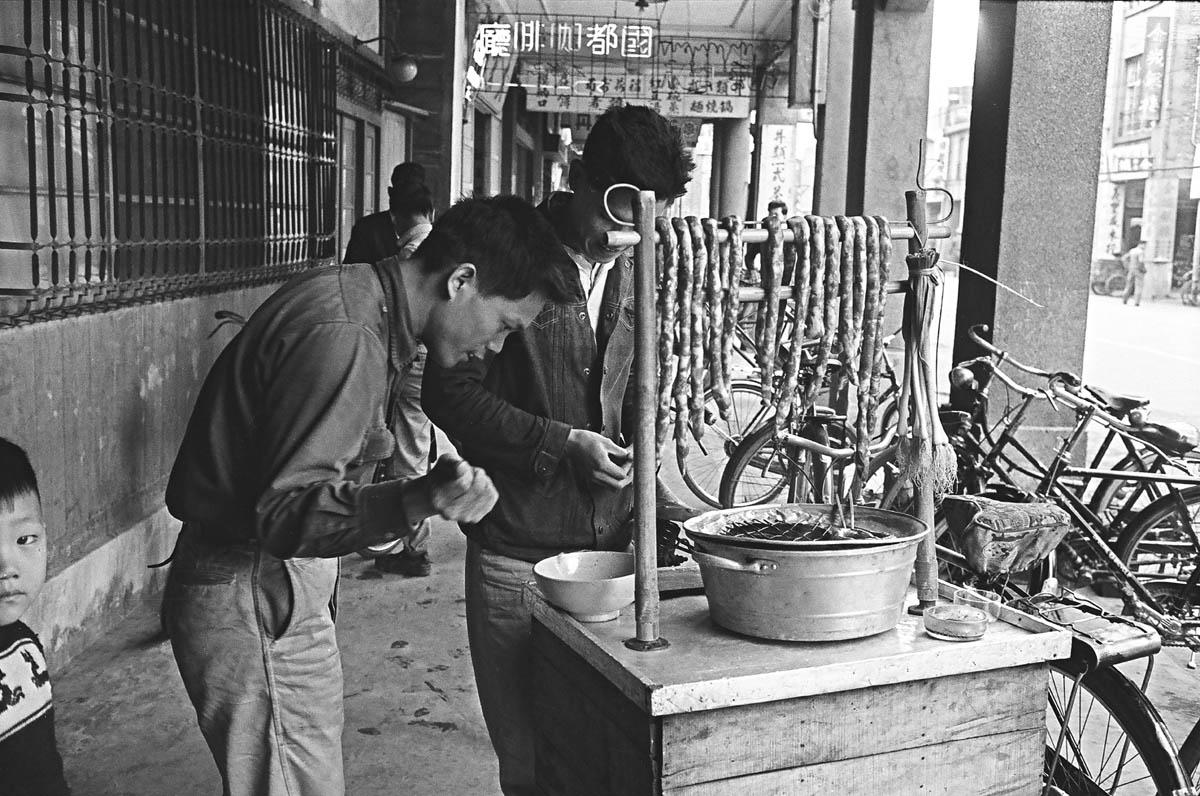 烤香腸攤是臺灣街頭常見的攤販,一條條灌好的生香腸掛在腳踏車或 摩托車改裝的攤販架上,隨時停在路邊用炭火烘烤後販售。