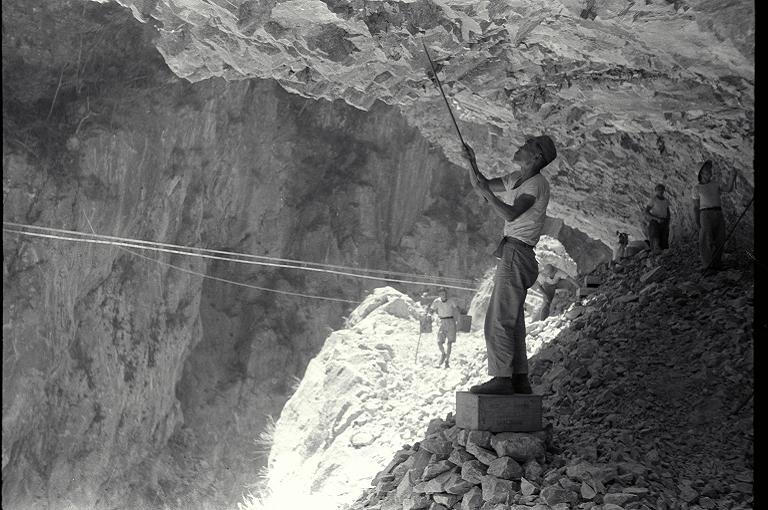這張照片中的工人,站在懸崖邊以簡陋工具鑿岩壁,可以看出當時中橫公路修築工事的艱辛。(另開新視窗)