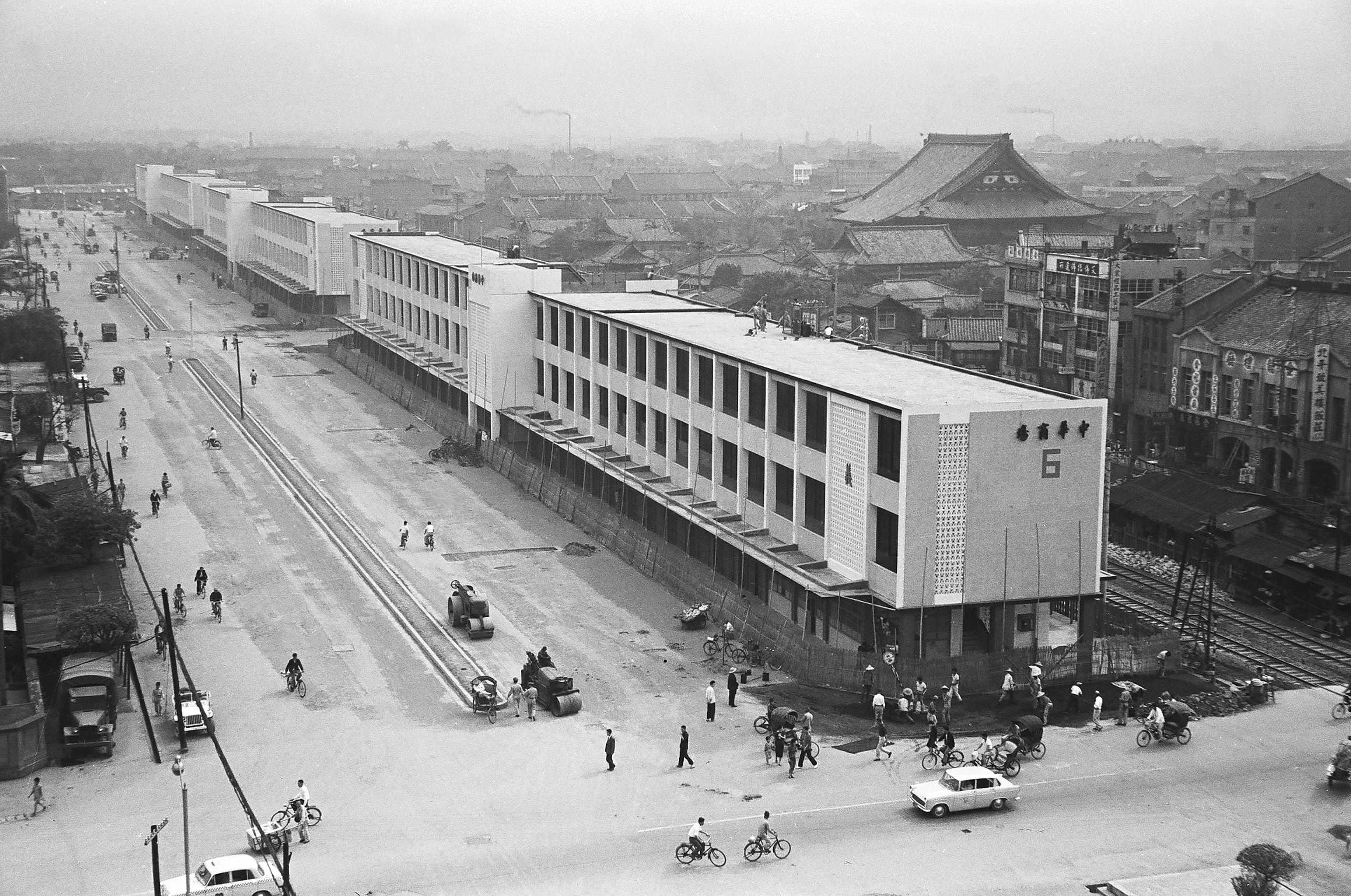 由南向北鳥瞰1961年落成啟用的中華商場,左方為中華路,右方是鐵道,高聳的屋頂是西本願寺。(另開視窗)