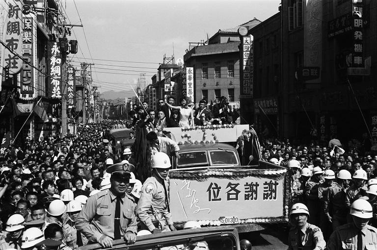 凌波在臺北市區遊行(另開視窗)