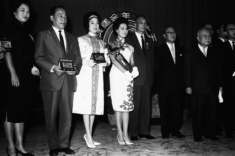 第一屆金馬獎於1962年頒獎,影后是飾演《星星月亮太陽》的香港女星尤敏(中),於頒獎典禮上代表全體得獎人致詞。(另開新視窗)