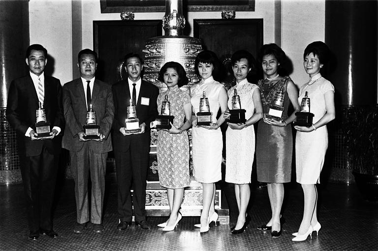 第一屆金鐘獎於1965年頒發,是臺灣傳播媒體的官方榮譽獎項之一。前四屆的頒獎典禮會場在臺北市中山堂,得獎者在金鐘前合影。(另開新視窗)