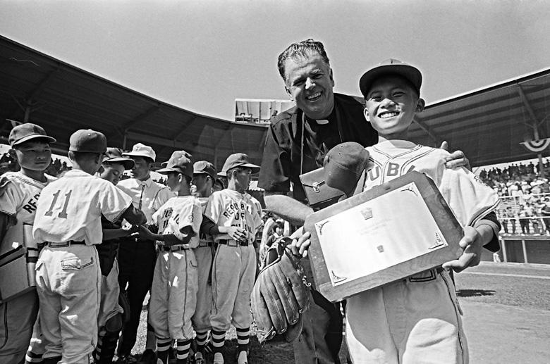 1969年8月,臺中金龍少年棒球隊最終以5 A 比0擊敗美國西區代表隊,榮獲 第23屆世界少年棒球賽錦標。贏得勝利的金龍少棒隊隊員拿著冠軍獎牌,笑容燦爛。(另開視窗)