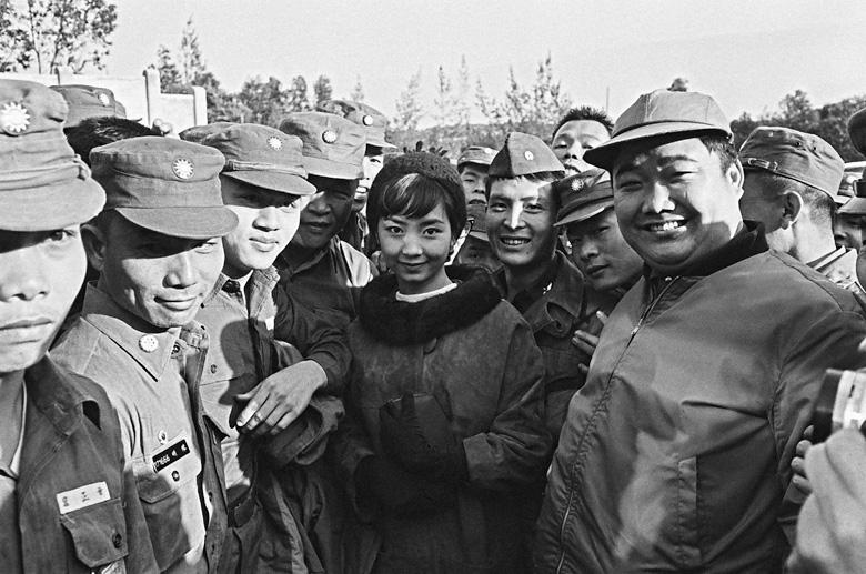 1965年中影公司《養鴨人家》演員至金門前線勞軍,軍人看到銀幕上的影星竟然出現在面前,爭相與當紅影星唐寶雲及葛小寶合影。(另開視窗)