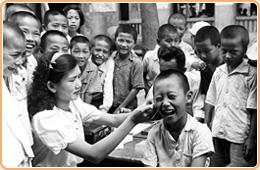 圖14 衛生人員替學童們採集血液,並將血液             滴至載玻片,以利後續檢驗瘧患
