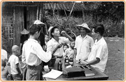 圖4 防瘧人員輔助村民服用藥物