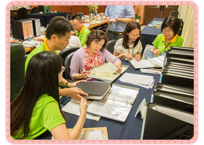圖10:檔案團隊成員向委員解說檔案工作成果