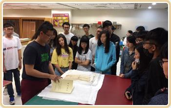 輔大全人教育中心同學參訪本局紙質檔案修護室