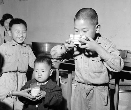 兒童飲用牛奶情景(註1)
