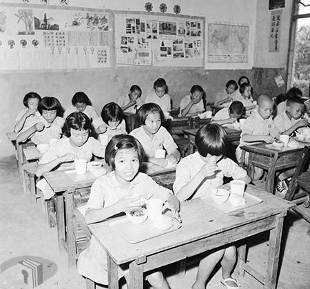 圖7 桃園縣龍壽國民學校兒童享用營養午餐