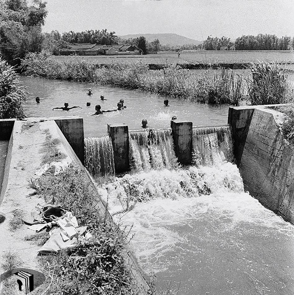 圖5 孩童夏日於農村灌溉水圳戲水