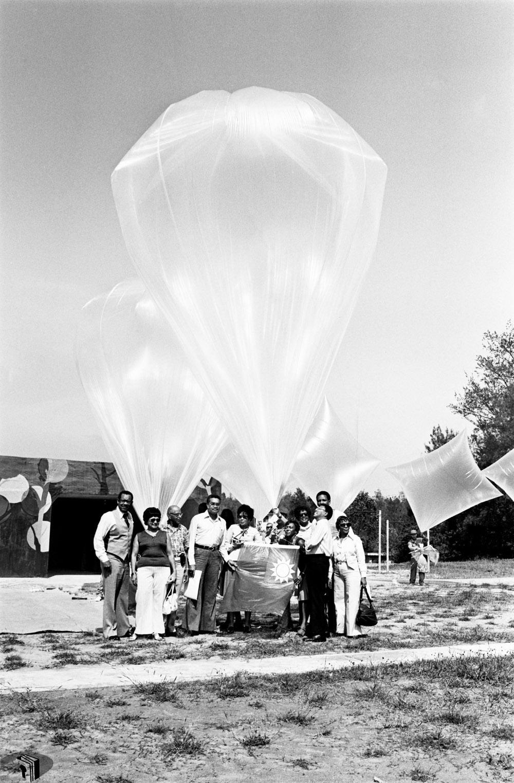 圖10 美國報業發行人訪華團參觀金門戰地風光及空飄作業