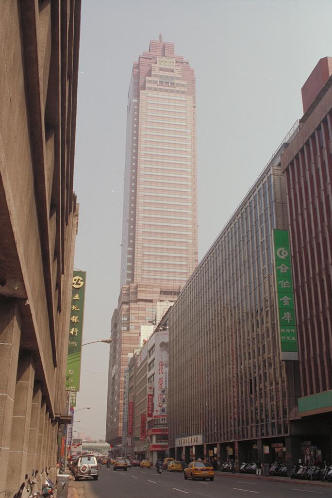 圖8 2000年的新光三越大樓一景