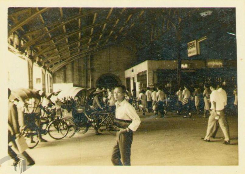 圖1 三輪車佚於火車站等候出站旅客