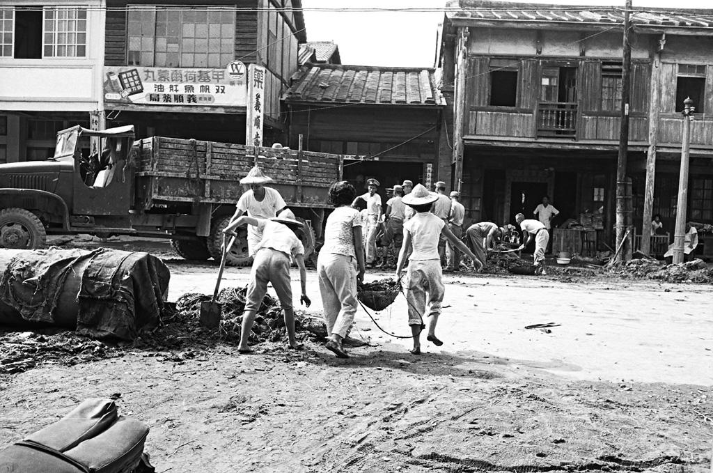 圖6 八七水災後國軍出動卡車協助民眾清理街道