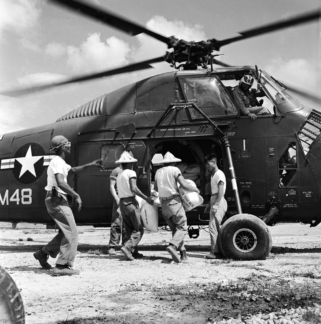 圖9 美國海軍出動直昇機協助載運救災物資