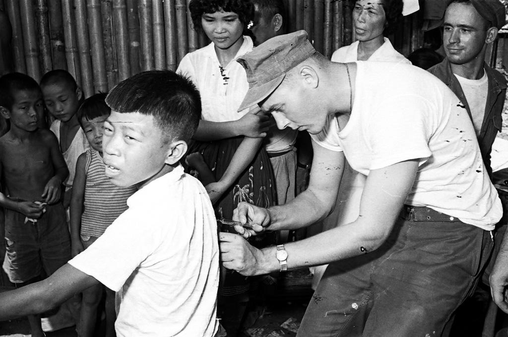 圖10 美軍協助彰化災區施打疫苗預防傳染病