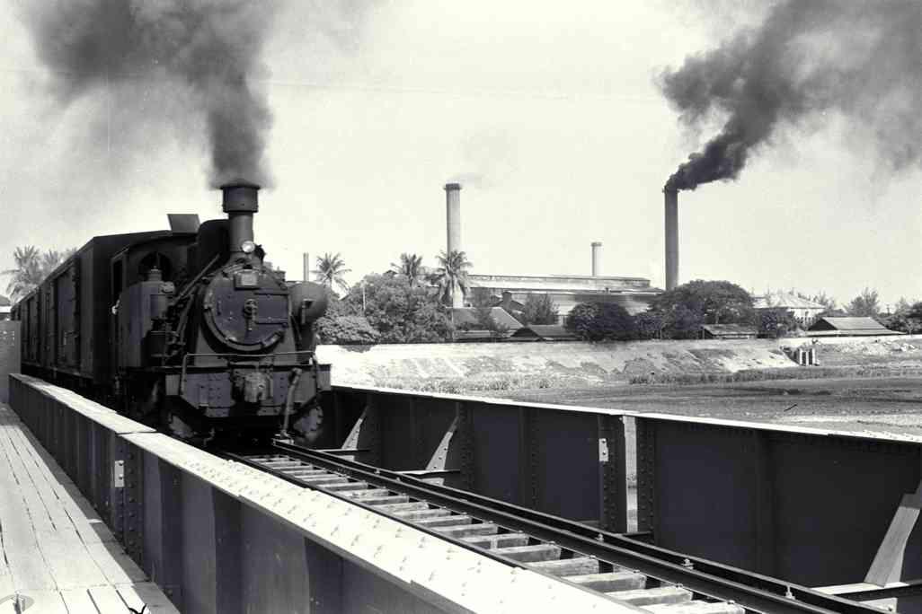 圖5 內外部均漆成黑色的五分車載運貨物於鐵橋上