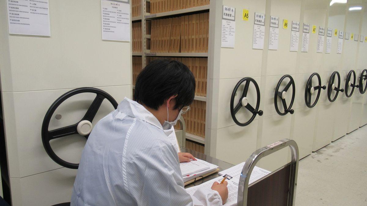 檔管人員進行檔案清查作業情形
