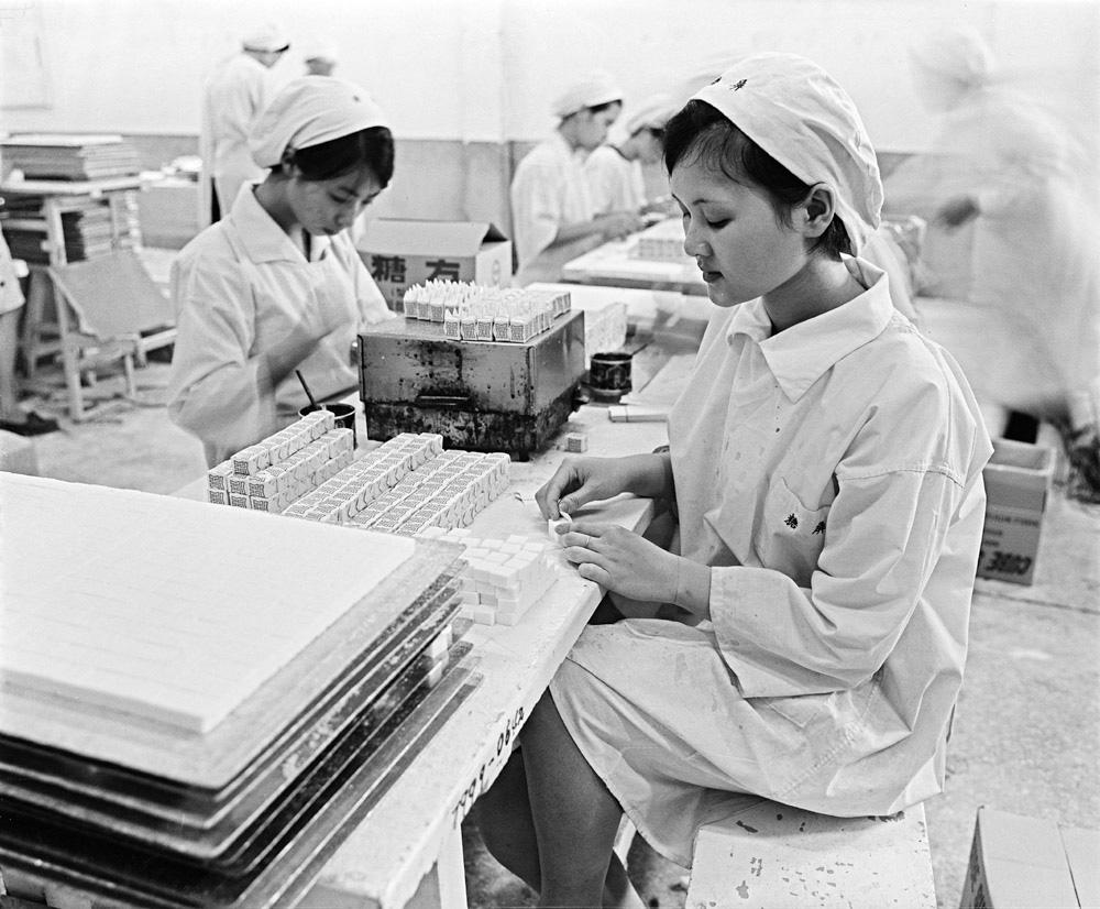 圖12 屏東糖廠內正在包裝方糖的女性工作人員